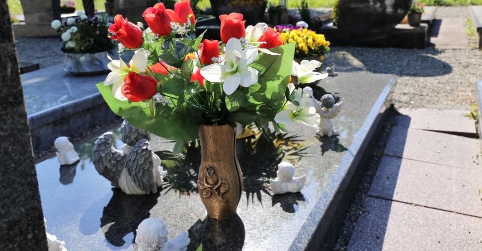 kwiaty nagrobie